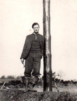 slevin-tim_leaning-on-rural-pole